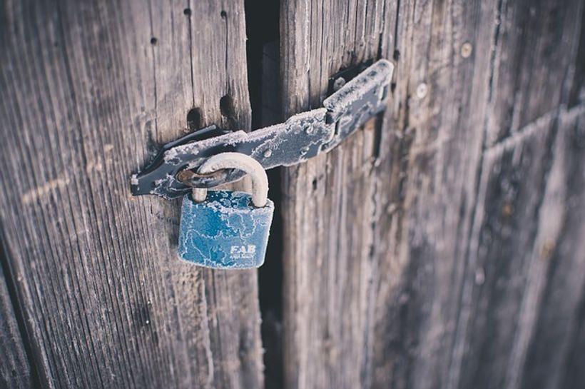 lokot na drvenim vratima