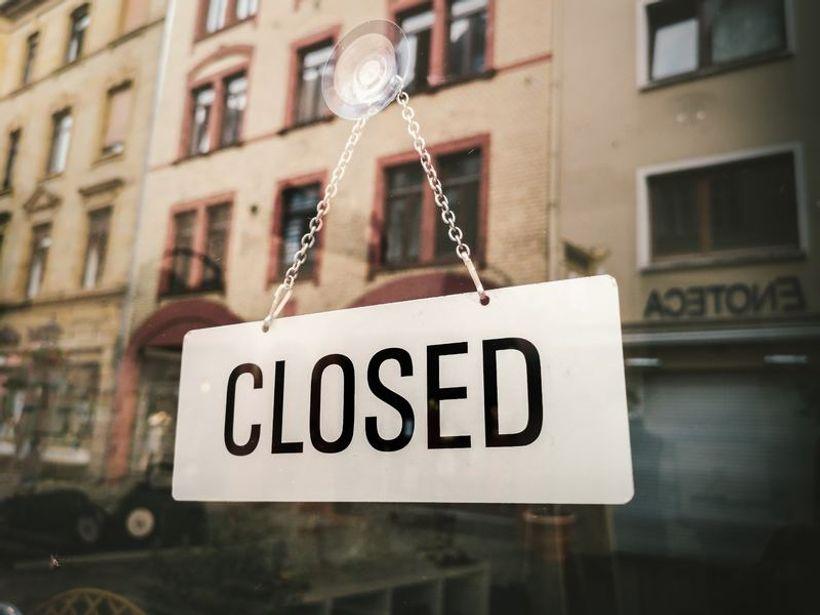 natpis 'zatvoreno' na vratima