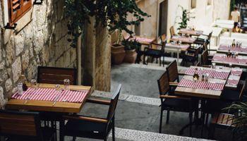 prazni stolovi prekriveni kariranim stolnjacima