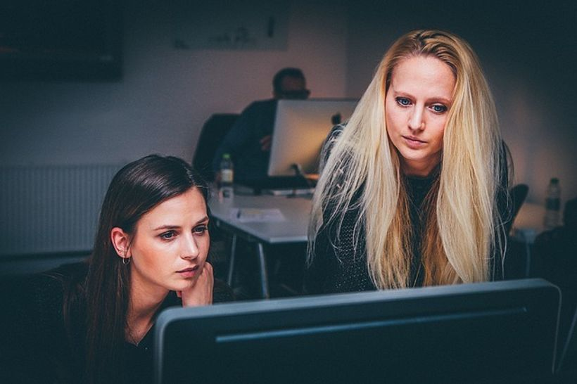 dvije žene gledaju u ekran