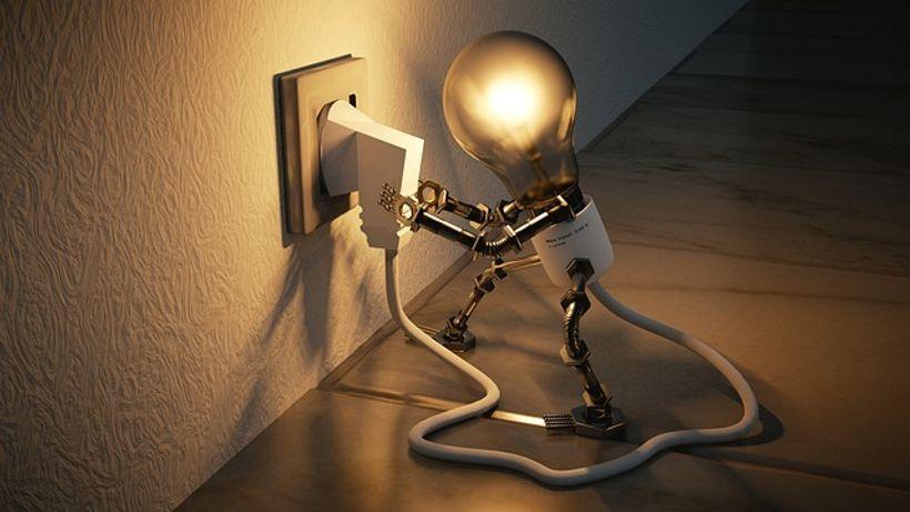 Žarulja sama sebe uključuje u utičnicu