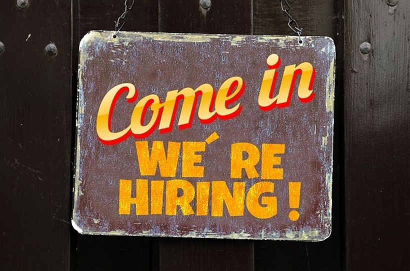 drvena ploča s natpisom 'come in, we're hiring''