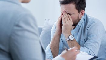 Plakanje na poslu donosi korist samo muškarcima