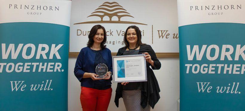 dvije žene u rukama drže priznanja za poslodavca partnera