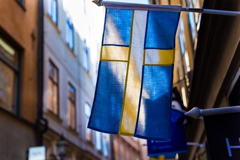 zastava Švedske u okruženju zgrada