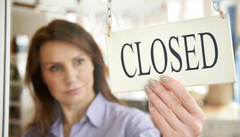 žena s natpisom 'closed'