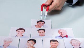 magnet privlači slike ljudi
