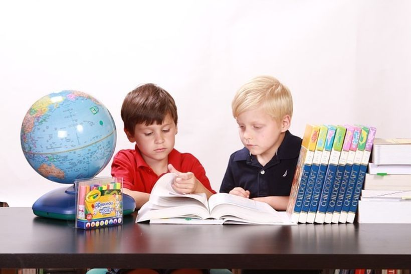 dva dječaka čitaju knjigu