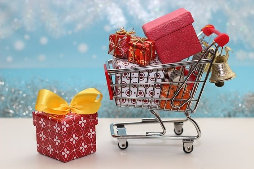 kolica ispunjena šarenim paketima i poklonima