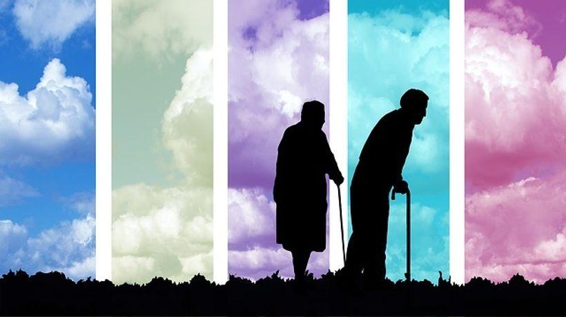 dvije siluete starijih ljudi na šareoj podlozi