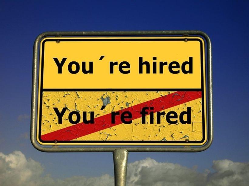 prometni znak s natpisima ''hired'' i ''fired''