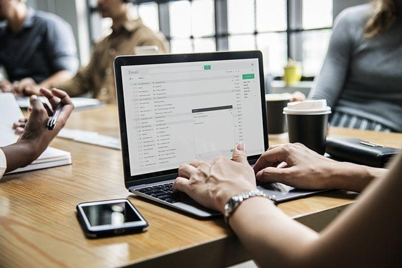 pisanje e-maila na računalu