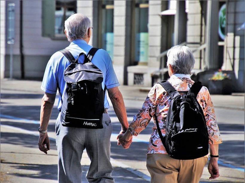 dvoje umirovljenika se drži za ruke