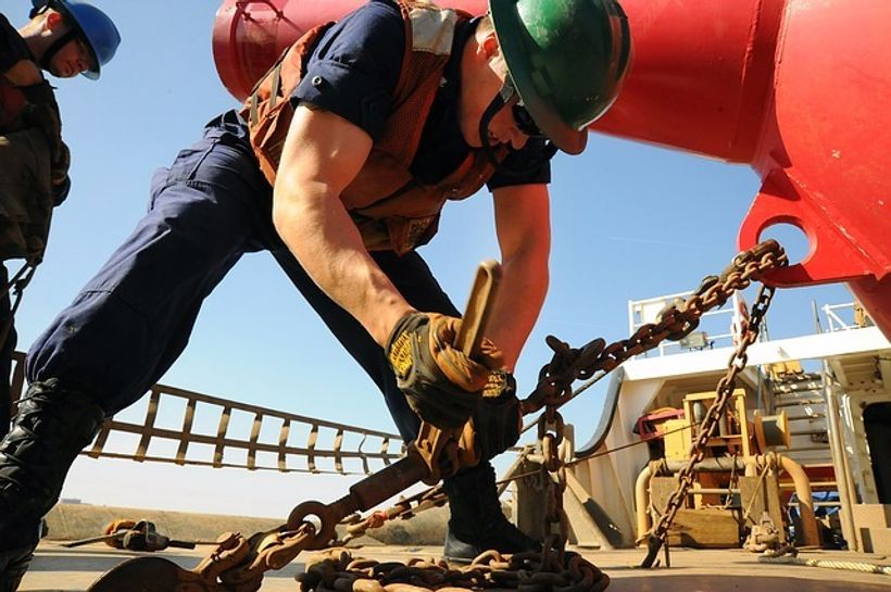 građecvinski radnik barata s ključem