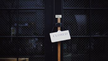 znak 'zatvoreno' na vratima