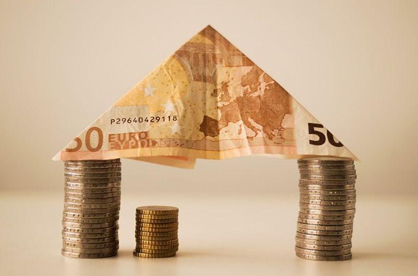 novčanica u obliku krova stoji na dva stupca kovanica
