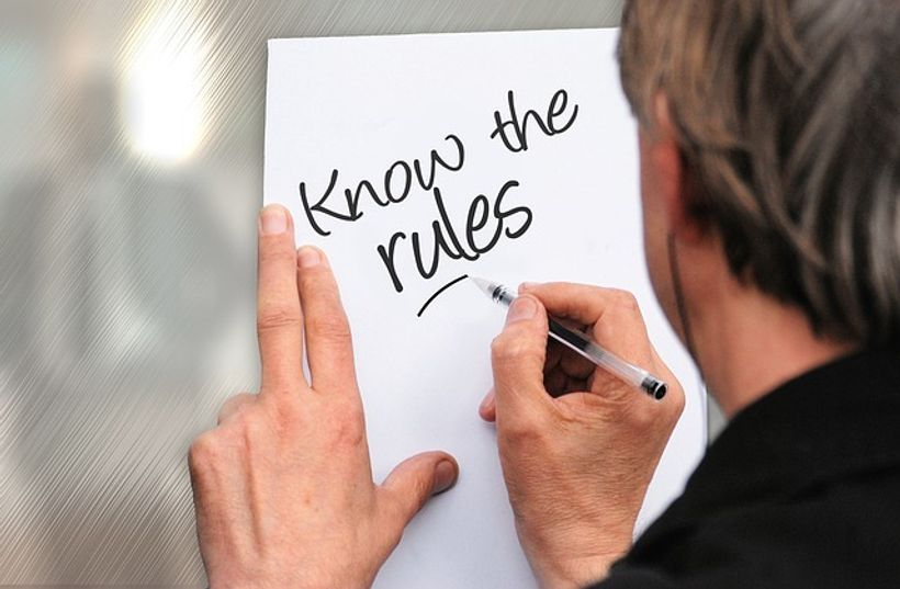 list papira s natpisom ''know the rules''