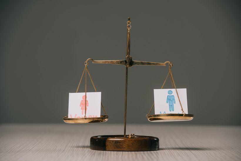 papirići sa simbolima muškarca i žene na vagi