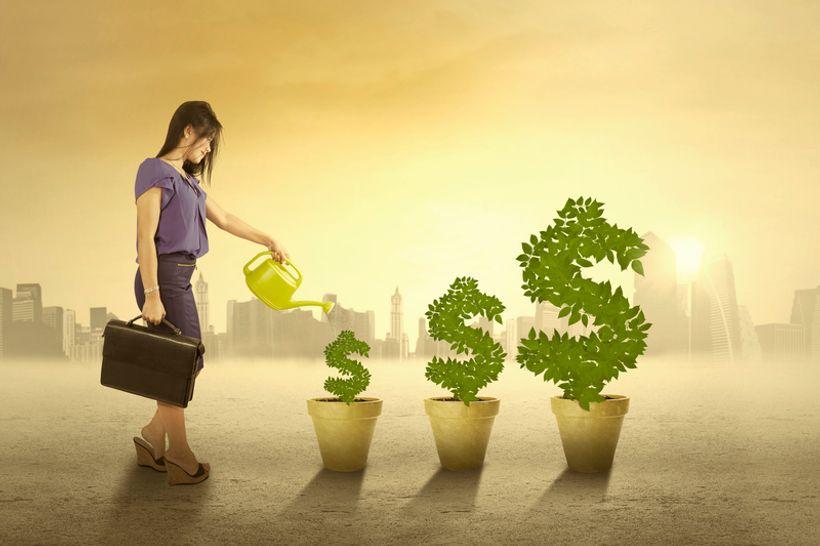 Žena zalijeva biljke od novaca