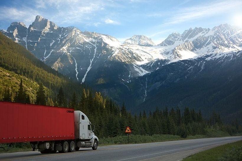 kamion u podnožju planina