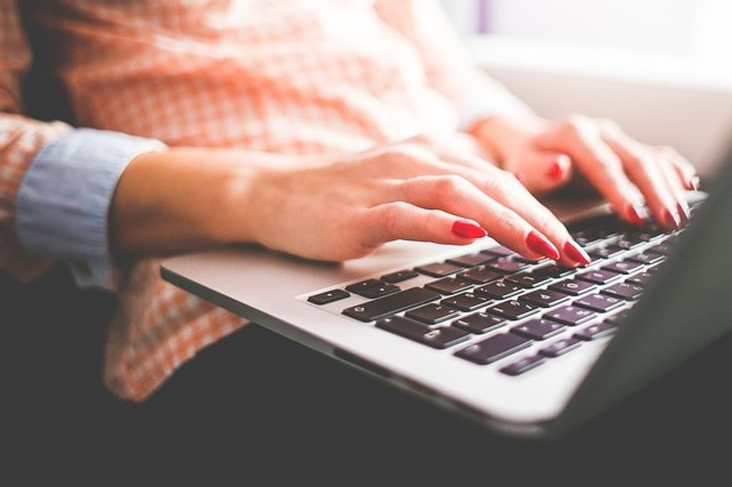 žena tipka po laptopu