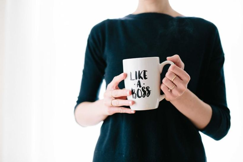 žena u rukama drži šalicu s natpisom 'like a boss'