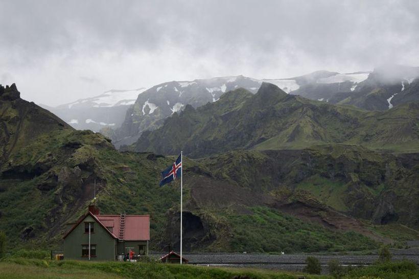 islandska zastava vijori među planiinama