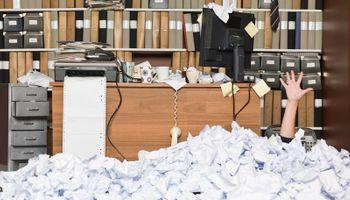 ured prekriven papirima
