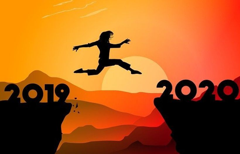 silueta ženskog lika preskače s jedne strane litice, s natpisom 2019., na drugu stranu, na kojoj piše 2020.