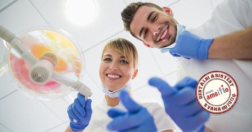 muškarac i žena u medicinskim uniformama pokazuju palac gore
