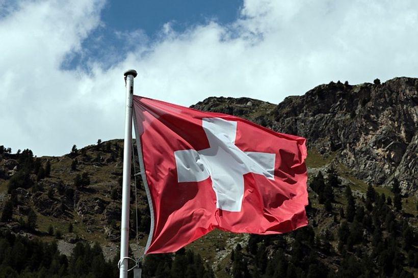 švicarska zastava vijori na vjetru