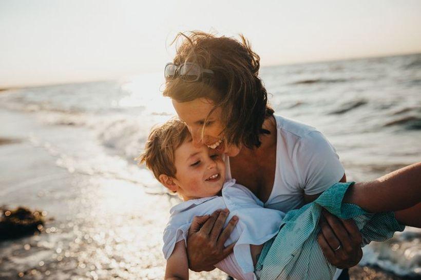 majka u naručju drži dijete