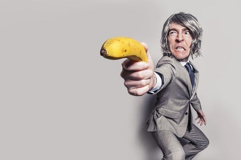 poslovni čovjek s bananom