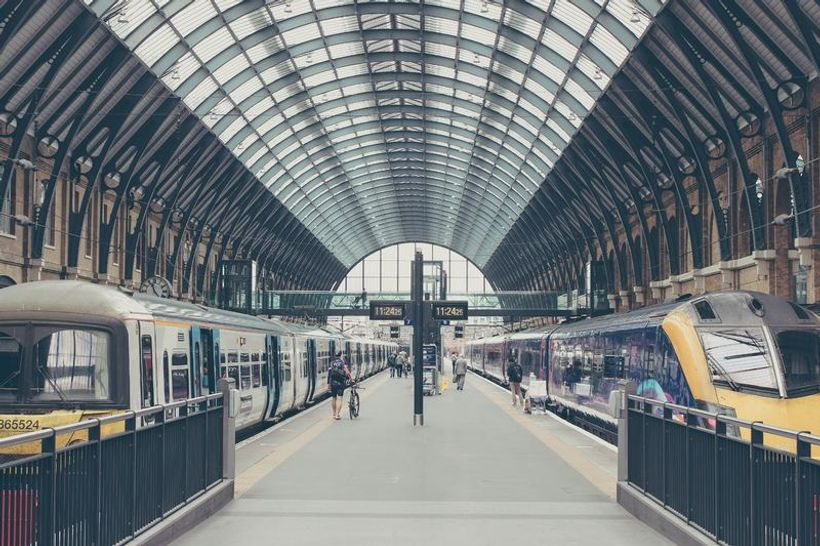 dva vlaka na željezničkom kolodvoru