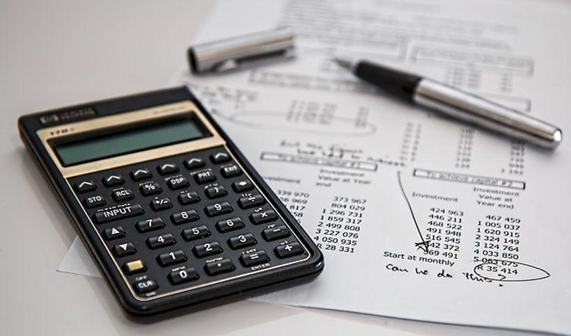 kalkulator i kemijska na hrpi papira