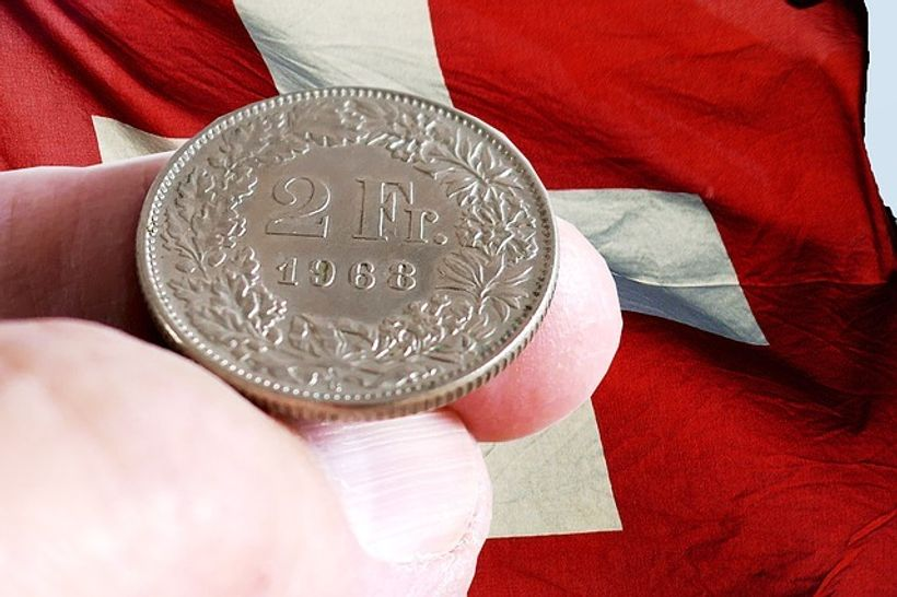 kovanica švicarskog franka na prstu