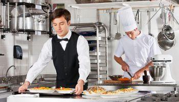 Kuhar i konobar rade
