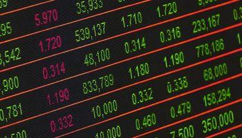 zelene i crvene brojke na crnom ekranu
