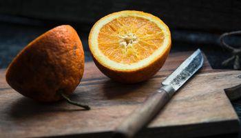 nož i dvije polovice naranče
