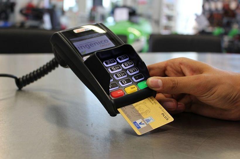 kartica u uređaju za plaćanje karticom