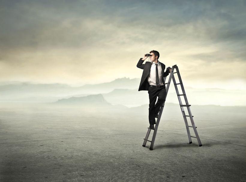 čovjek s dalekozorom stoji na ljestvama