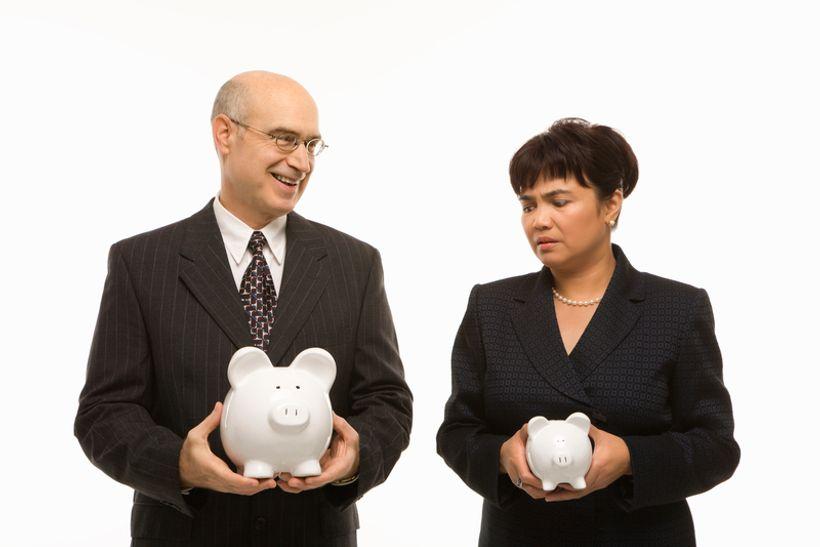 muškarac i žena u rukama drže kasice prasice