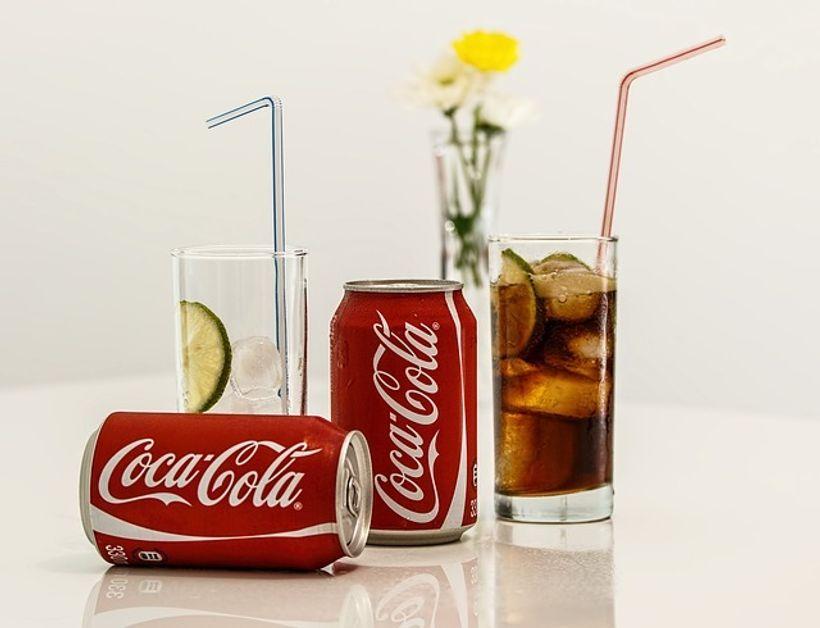 limenke coca-cole i čaše s limetama