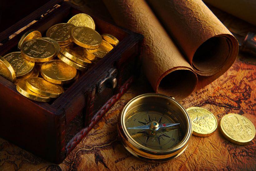 kovčeg s blagom, karta i kompas