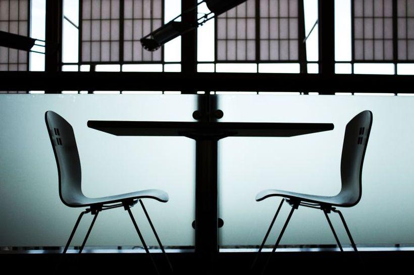 dvije stolice i stol