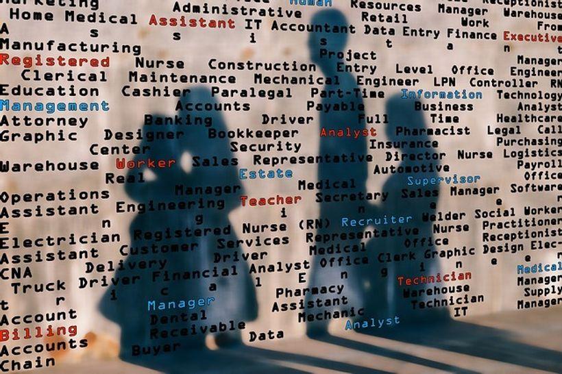 zid s popisom zanimanjama na kojem s ocrtavaju četiri sjene