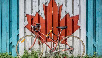 bicikl ispred zida sa zastavom Kanade