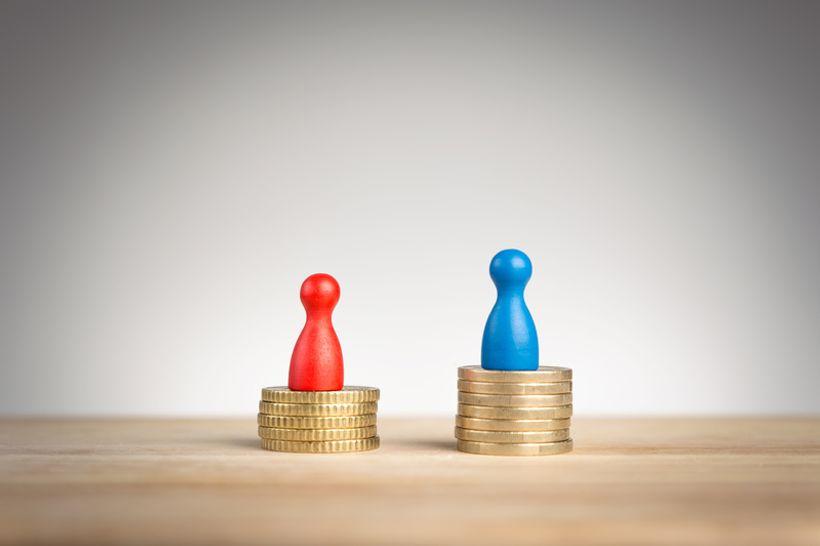 crvena i plava figurica na kovanicama