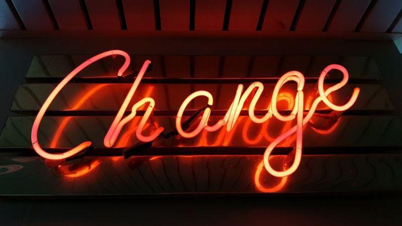 neonsko svjetlo s natpisom 'change'