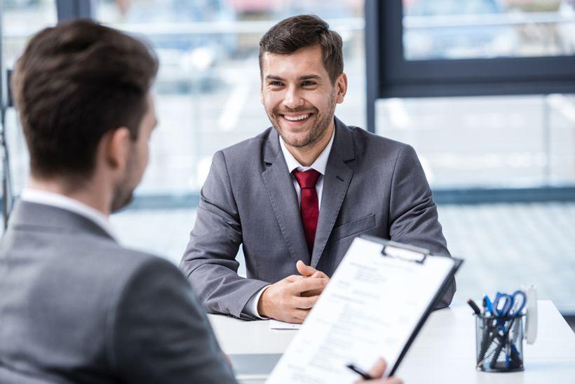 muškarac u odijelu na razgovoru za posao